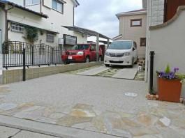 福岡県春日市の車止め・スペースガードを駐車場に施工した例。アイアン調の車止め。