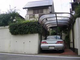 以前は駐車場の奥に門まわりがありました。擁壁を解体して存在感のある門まわりへ。