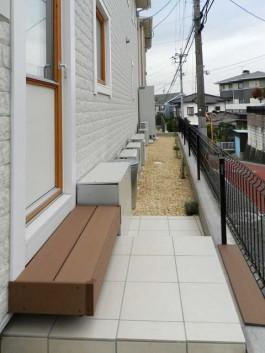 福岡県春日市のウッドデッキ・タイルテラス・雑草対策の砂利を敷いたエクステリア施工例