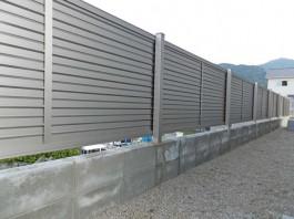福岡県糟屋郡須惠町の背の高いおしゃれな木目調のフェンス工事。リビング窓を目隠し。