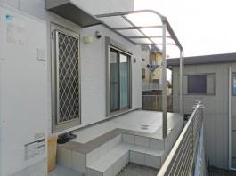 福岡県春日市の庭・ガーデンにテラス屋根やタイルで階段を工事した例。洗濯物に便利。