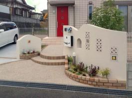 福岡県宗像市の曲線ウェーブとステンドグラスの様なガラスブロックが可愛い門柱工事例