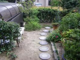 石を並べたアプローチ。このままでも素敵ですが玉砂利の洗い出しで幅の大きな道へ。