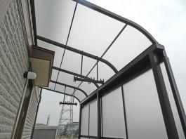 福岡県の庭・ガーデンにウッドデッキとテラス屋根を付けた施工例。洗濯物に便利なテラス