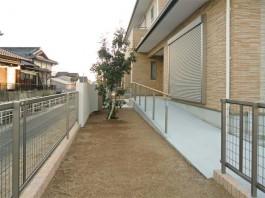 福岡県柳川市のフェンス・手摺り・手すり取付け工事施工例。スロープ横に手すりを施工。