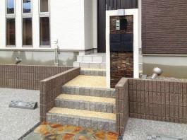門柱の雰囲気が家とマッチしています。家と外構、お互いが引き立つデザインです。