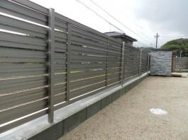 福岡県筑紫野市の庭の周りにフェンスを施工した例。道路からの視線をカットするフェンス。