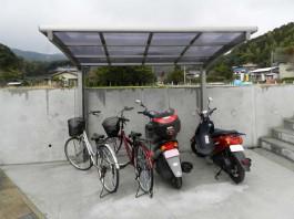 福岡県筑紫野市の車庫に自転車・バイク用のサイクルポート屋根を工事した例。駐輪屋根。