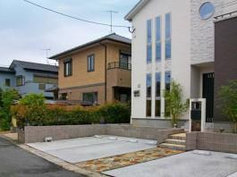 シンプルで直線的な玄関アプローチです。玄関前には石貼りの門柱を施工しました。