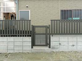 福岡県朝倉市の和モダン・大人・シック・シンプルな新築外構工事例。2色のブロック門柱。