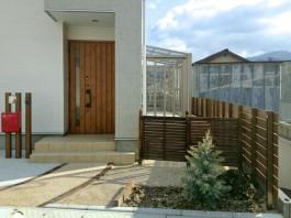 福岡県糟屋郡須惠町の新築住宅の門まわり工事例。木目のポールとおしゃれなポスト。