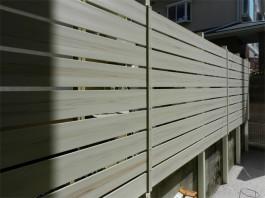 福岡県春日市の白・ホワイト色のおしゃれで可愛い目隠しフェンス工事例。ガーデン奥。