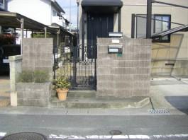 リフォーム外構工事前の様子です。化粧ブロックの門柱はそのまま残します。