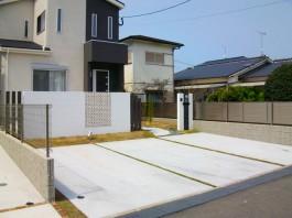 福岡県古賀市の新築外構エクステリア工事。石を貼った曲線のアプローチとモダンな壁。