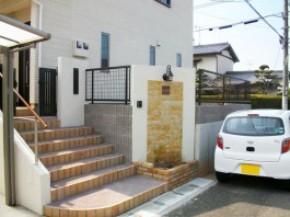 福岡県古賀市の新築戸建て住宅の外構工事。門柱に貼った石とレンガが可愛らしい外構。