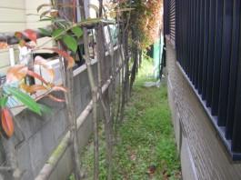 福岡県春日市の白・ホワイト色のおしゃれで可愛い目隠しフェンス工事前。ガーデン奥。