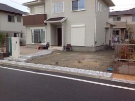 駐車場にコンクリートを施工する前の写真です。さらにカーポートも施工します。