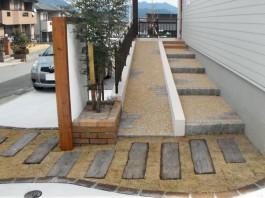 福岡県宗像市の新築外構工事例。枕木と芝を曲線的に使ったおしゃれで可愛いアプローチ。
