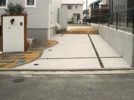 福岡県宗像市の車庫の目地を斜めのクロスでデザインしたオシャレな車庫・駐車場。