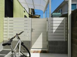 福岡県春日市の白・ホワイト色のおしゃれで可愛い目隠しフェンス工事例。ガーデン入口。