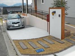 福岡県宗像市の白い壁・門柱のまわりに木枠でアクセントを付けたナチュラルモダン外構。