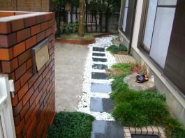 リフォーム前のお庭は大部分が土でした。コンクリートを施工し使いやすい庭へリフォーム。