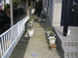 家の周りは土の部分もありました。これからコンクリートを施工して雑草の生えない住まいへ。