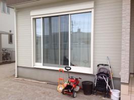 リビング窓からお庭へ出る時の段差は大きいですよね。後にタイルでテラスを作成します。