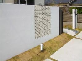 福岡県古賀市の新築外構エクステリア工事。モダンな目隠し壁の後はタイルテラス・庭。
