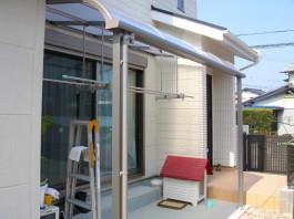 福岡県古賀市のテラス屋根工事。竿掛け付きです。ペットのスペース、洗濯物干し場です。