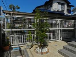 福岡県春日市の白・ホワイト色のおしゃれで可愛い目隠しフェンス工事例。玄関横に施工。