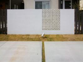 福岡県古賀市の新築外構エクステリア工事。スクエア型のおしゃれなブロックとモダンな目隠し壁。