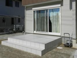 福岡県糟屋郡新宮町のお庭リフォーム・タイルテラス工事。窓辺に広がるテラスタイル。