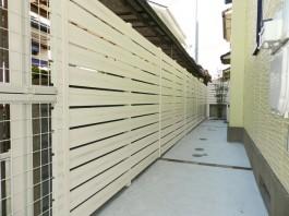 福岡県春日市の白・ホワイト色のおしゃれで可愛い目隠しフェンス工事例。家の周りに施工。