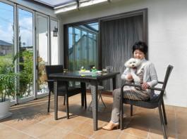 奥様と愛犬がガーデンルームでお庭を満喫している様子です。自然浴、日光浴が楽しめます。