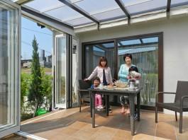 お庭にガーデンルームを付けました。今日はご家族やご近所の方とお茶会です。