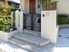 福岡県小郡市の新築外構工事。門扉、門柱、壁、自然石、階段にこだわったエクステリア。