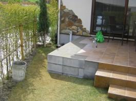 福岡県春日市の庭・ガーデン工事前の工事工程写真。タイル階段を延長。上にジーマを取付け。