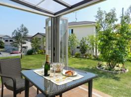 福岡県春日市の庭・ガーデンにガーデンルームを施工した例。ガーデンルームからの眺め。
