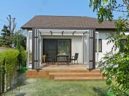 福岡県春日市の庭・ガーデンにガーデンルームを施工した例。植栽や植木に囲まれたガーデンルーム。