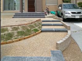 福岡県筑紫野市の新築外構エクステリア工事。御影敷石と玉砂利のきれいなアプローチ。