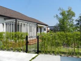 福岡県春日市の庭・ガーデンにガーデンルームを施工した例。木々に囲まれた素敵なお庭の入口。
