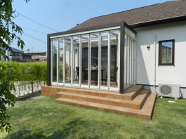 福岡県春日市の庭・ガーデンにガーデンルームを施工した例。扉を閉めたクローズガーデンルーム。