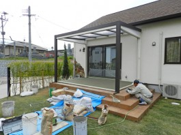 福岡県春日市の庭・ガーデン工事の工程写真。ガーデンルームの柱・屋根取付。庭づくり。