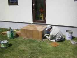 福岡県春日市の庭・ガーデン工事の工程写真。タイル貼り職人。勝手口階段をおしゃれに。
