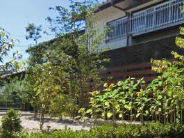 福岡県小郡市の目隠しフェンス、Eウッドスタイル、木目樹脂フェンス工事。おしゃれな庭に。