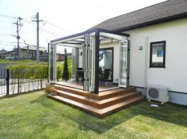 福岡県春日市の庭・ガーデン工事の工程写真。ガーデンルームの扉・パネル取付。庭づくり。