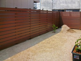 福岡県福岡市城南区のEウッドスタイル施工例。ガーデンを目隠しフェンスで囲いました。