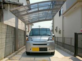 福岡県福岡市城南区の車庫にカーポートを施工した例。引き込み型の敷地にカーポート。