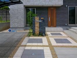 福岡県飯塚市のタイルと玉砂利、LEDタイルを使ったおしゃれなエクステリアアプローチ。